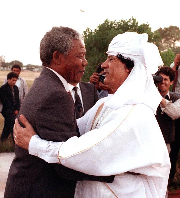 La Unión Soviética,China y las potencias occidentales apoyando a los tiranos en el siglo XX - Página 2 Mandela-gaddafi